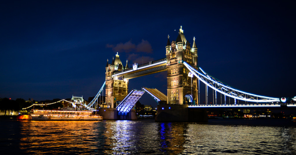 Tower_Bridge_opening_at_night_for_a_ferry
