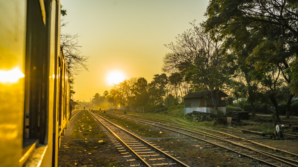 Zug, Myanmar, Eisenbahn, Sonnenuntergang